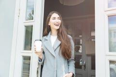 Кофе взятия счастливой молодой ультрамодной женщины выпивая отсутствующий Стоковая Фотография