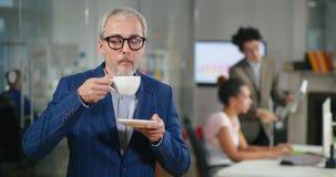 Кофе внимательного красивого кавказского бизнесмена выпивая видеоматериал