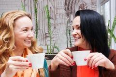 кофе выпивая счастливую женщину Стоковое Изображение
