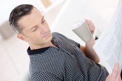 Кофе выпивая чашки человека в кафе Стоковые Изображения RF