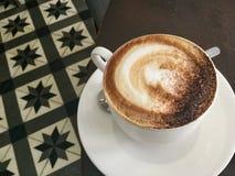 Кофе в белой чашке Кафе Latte классицистическо стоковое изображение