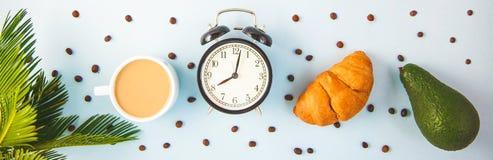 Кофе в белом авокадое круассана чашки будя с жизнерадостностью завтрака будильника, freshnes утра здоровые завтрака Стоковое фото RF