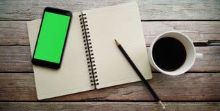 Кофе в белой чашке с книгой журнала и умным телефоном Стоковое фото RF
