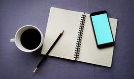 Кофе в белой чашке с книгой журнала и умным телефоном Стоковые Фотографии RF