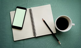 Кофе в белой чашке с книгой журнала и умным телефоном Стоковые Изображения