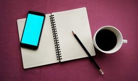 Кофе в белой чашке с книгой журнала и умным телефоном Стоковые Изображения RF