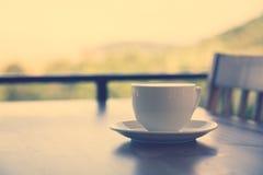Кофе в белой чашке (фильтрованном vin обрабатываемом изображением Стоковое Изображение RF