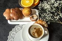 Кофе в белых чашке и тортах, поддоннике с оранжевыми кусками Стоковые Изображения RF