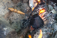 Кофе в бронзовом cezve Стоковые Фото