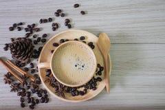 Кофе в деревянной чашке с молоком и кофейными зернами стоковое изображение rf