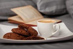 Кофе в кровати стоковые фотографии rf