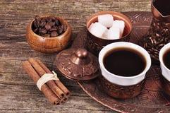 Кофе в медных каботажных судн с аксессуарами для кофе-выпивать o Стоковые Изображения