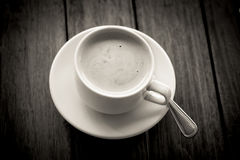 Кофе в стекле на деревянного стола цвете внутри заднем и белом Стоковое фото RF