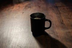 Кофе в темной рано утром стоковые фото