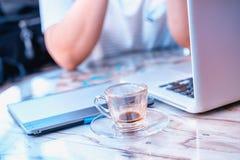 Кофе график-дизайнера выпивая во время работы Стоковое Изображение RF