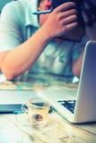 Кофе график-дизайнера выпивая во время работы Стоковое Фото