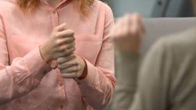 Кофе дамы предлагая к глухому другу, разговору в языке жестов, диалоге видеоматериал