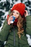 Кофе девушки выпивая в снежном зимнем дне Стоковые Изображения RF