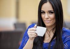Кофе девушки выпивая Стоковая Фотография