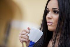 Кофе девушки выпивая Стоковые Фотографии RF
