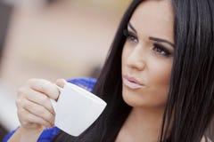 Кофе девушки выпивая Стоковые Изображения RF