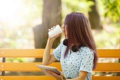 Кофе девушки офиса выпивая и работа на естественной предпосылке Концепция кофе утра скопируйте космос Стоковое Изображение RF