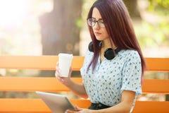 Кофе девушки офиса выпивая и работа на естественной предпосылке Концепция кофе утра скопируйте космос Стоковые Фото