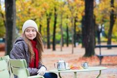 Кофе девушки выпивая в внешнем кафе Стоковое фото RF