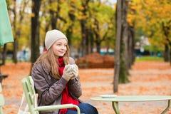 Кофе девушки выпивая в внешнем кафе Стоковое Изображение RF