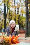 Кофе девушки выпивая в внешнем парижском кафе Стоковое фото RF