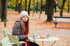 Кофе девушки выпивая в внешнем парижском кафе Стоковая Фотография RF