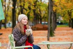 Кофе девушки выпивая в внешнем парижском кафе Стоковое Изображение