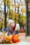 Кофе девушки выпивая в внешнем парижском кафе Стоковые Фотографии RF