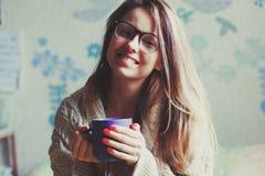 Кофе девушки выпивая в кровати Стоковые Фото