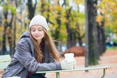 Кофе девушки выпивая в парижском кафе Стоковые Изображения