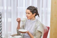 Кофе девушки выпивая, парикмахерская Стоковое фото RF