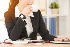 Кофе девушки выпивая работая на мобильном компьютере Стоковая Фотография