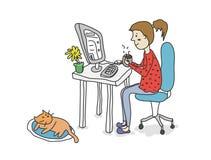 Кофе девушки выпивая с компьютером Стоковые Фото