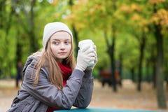 Кофе девушки выпивая outdoors Стоковые Фото