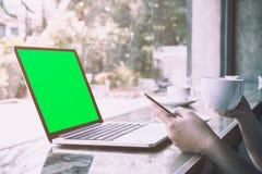 Кофе женского клиента выпивая пока проверяющ данные от мобильного телефона Стоковая Фотография