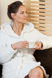Кофе женщины выпивая в курорте Стоковые Фото
