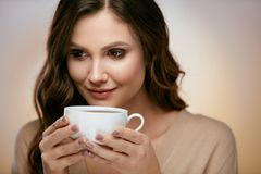 Кофе женщины выпивая Женщина выпивая горячий напиток Стоковая Фотография RF