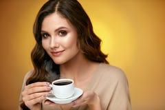 Кофе женщины выпивая Женщина выпивая горячий напиток Стоковые Фотографии RF
