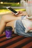 Кофе женщины выпивая и смотреть телефон Стоковые Изображения RF
