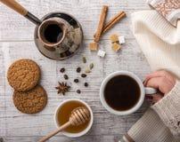 Кофе женщины выпивая с крупным планом печений стоковое изображение