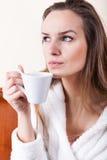 Кофе женщины выпивая стоковые изображения
