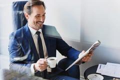 Кофе жизнерадостного бизнесмена выпивая в кафе Стоковые Изображения