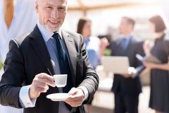Кофе жизнерадостного бизнесмена выпивая Стоковое Изображение RF