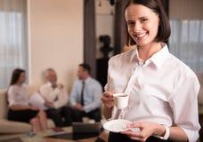 Кофе жизнерадостной красивой женщины выпивая Стоковые Изображения RF