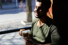 Кофе журналиста выпивая во времени обеда, замедленном движении Стоковая Фотография RF